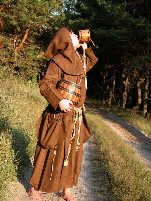 Костюм средневекового монаха