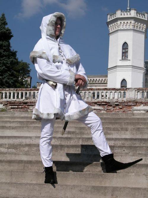Белый средневековый траперт с капюшоном