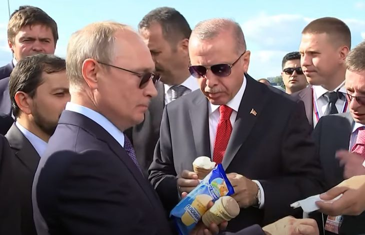 Путин покупает мороженое Коровка из Кореновки