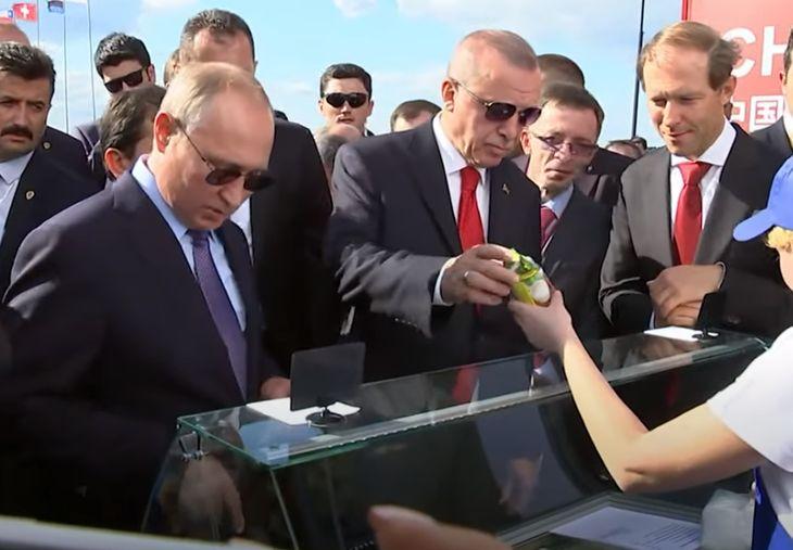 Путин угощает мороженым президента Турции Тайипа Эрдогана
